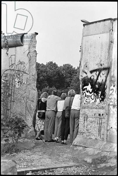 Tourists visiting the former military zone, Bernauer Strasse, after the fall of the Berlin Wall, Wedding, Berlin, July 1990 (photo)