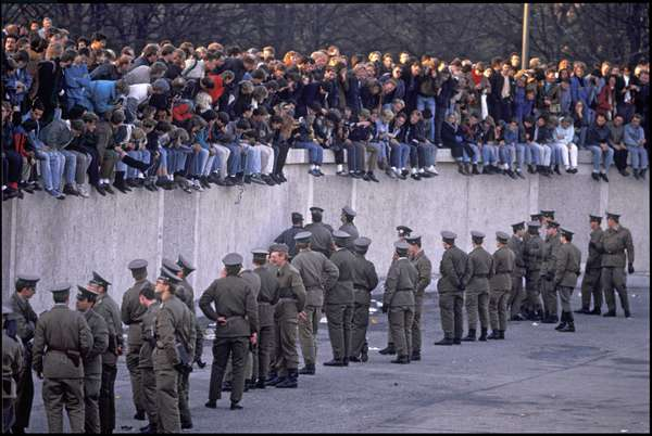 GDR border controllers preventing West German trespassing in the area in front of the Brandenburg Gate and Pariser Platz, Berlin, East Germany, 1989 (photo)