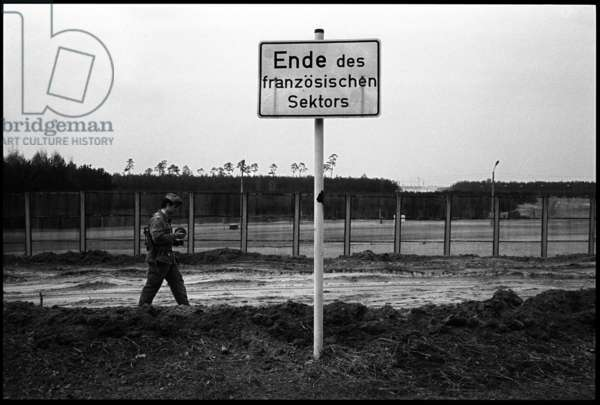 Border engineer at the building works for the border crossing point in Heiligensee, 1982 (b/w photo)