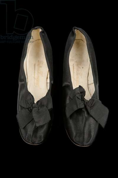 Court shoes, c.1869 (satin, canvas & kid leather) (see also 1215003)