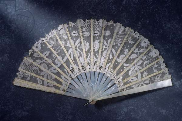 Lace fan, c.1890 (lace leaf with mother-of-pearl sticks)