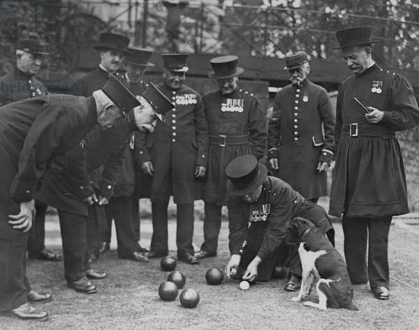 Yeoman Warders and Chelsea Pensioners playing bowls (b/w photo)