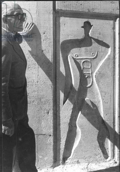 Charles Edouard Jeanneret, known as Le Corbusier (1887-1965) by a relief carving (photo)