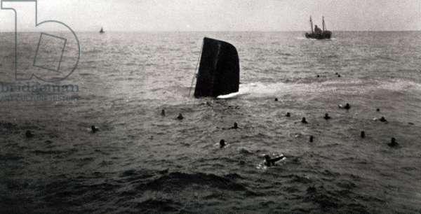 Shipwreck of the Republican submarine B6, August 1936 (b/w photo)