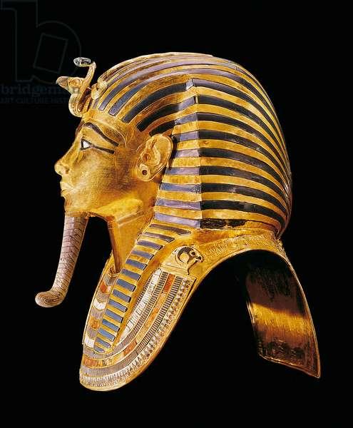 The golden mask of Tutankhamun. Around 1340 BC From the tomb of All-Ankh-Amon (Tutankhamun or Tutankhamun), Valley of Kings, Deir el Bahari (Dayr al-Bahri). Cairo. Egyptian museum.