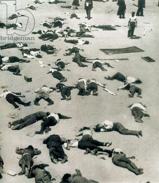 Military coup d'état, the court of the mountain barracks in Madrid littered with the bodies of the victims after the repression of the army, 20/07/1936 (photo)
