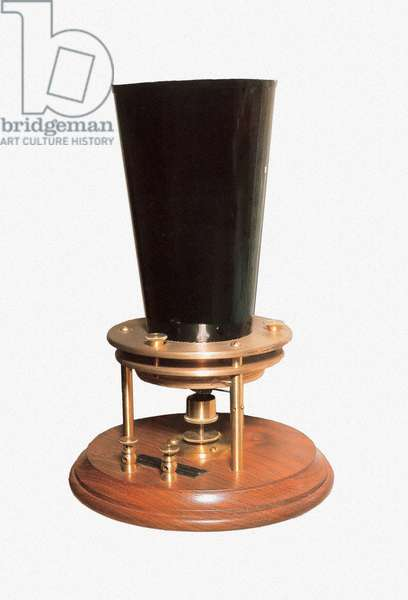 The apparatus with liquid transmitter invented by Alexandre Graham Bell (1847-1922), 1876 (object)