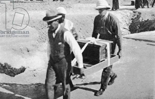 Howard Carter (1874-1939) and Mr Callender carrying a casket of jewels from Tutankhamun's tomb (b/w photo)