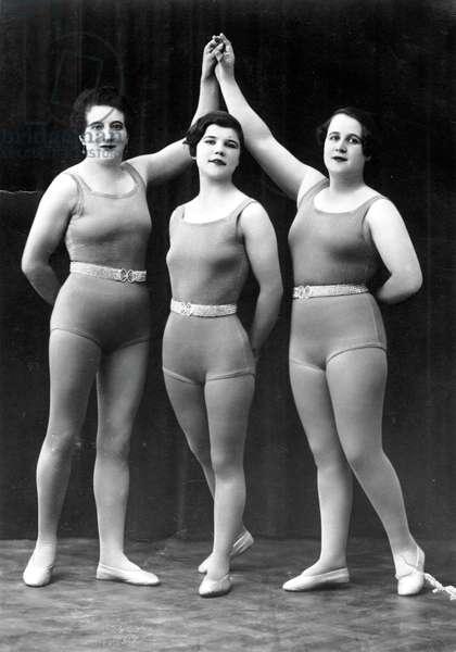 Sport: three women athletes in sports attire. photography years 1921.