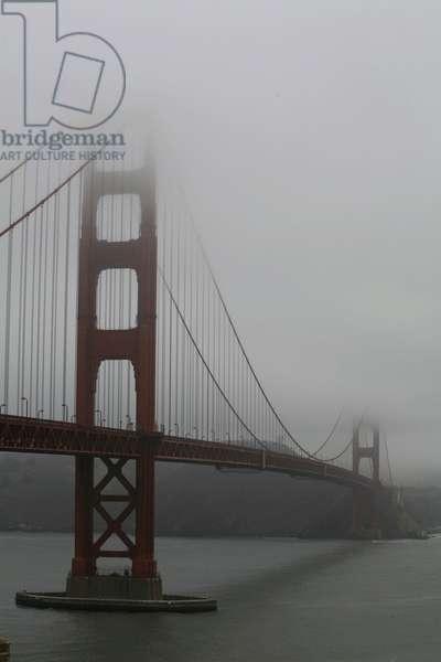 Fog (fog) on the Golden Gate Bridge in San Francisco, California.