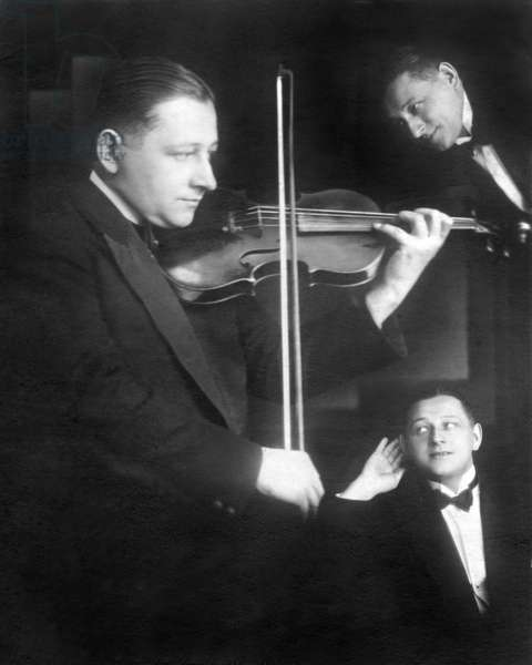 Audition: Photomontage with violinist and man tending the ear (Ouie). photography around 1928.