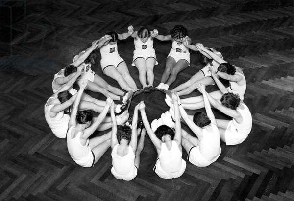 Sport: women doing gymnastics. photography around 1929