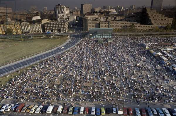 Overview of Polenmarkt flea market on the Potsdamer Platz shortly after the fall of the Wall, Berlin, Germany. 1990 Fall of the Berlin wall, street market, colloquially known as Polenmarkt, at Potsdamer Platz, Potsdam Square, 1990, Berlin, Germany, Europe Photo Norbert Michalke