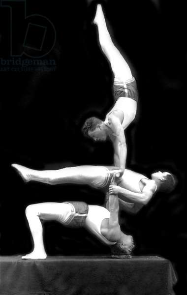 Circus artists: acrobat show. Photography around 1920