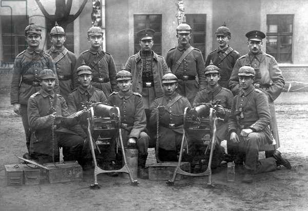 First World War (1914-1918): German artillery wearing helmets.