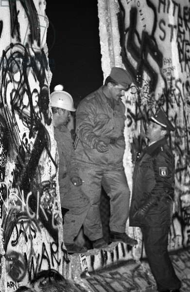 German reunification, Fall of the Berlin Wall, Germany, 1989: passage into the wall