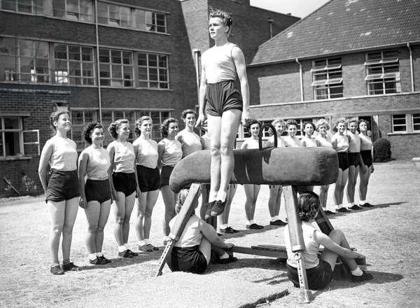 Sport, Gymnastics: women gymnasts training arcon horse. Photography around 1926
