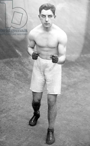 Sport, boxing: portrait of a boxer. photography around 1920.
