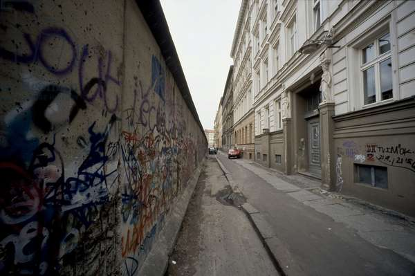 Fall of the Berlin Wall in November 1989: view of the wall in the district of Kreuzberg, November 1989. Berlin, Germany. Fall of the Berlin Wall, wall in Berlin-Kreuzberg, Berlin, Germany, Europe Photo Norbert Michalke