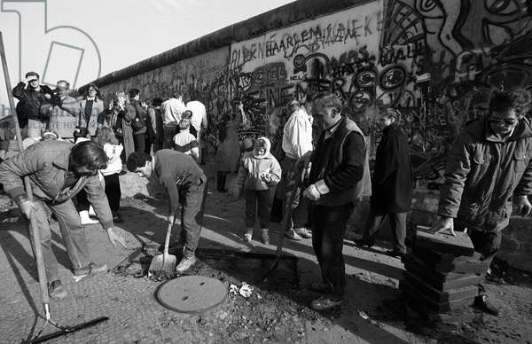 Reunification of Germany, Fall of the Berlin Wall, Germany, 1989: near the wall in the former West Berlin. Photography