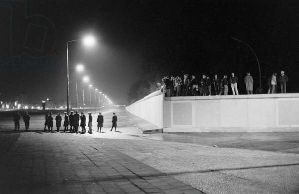 Fall of the Berlin Wall in November 1989: West German security forces (FRG or GDR) around the Brandenburg Gate on the night of 9 November 1989. Berlin, Germany. Fall of the Berlin Wall, on the night of the 9th November, 1989, the border area of the Brandenburg Gate is secured by the guards of the GDR, Berlin, Germany, Europe Photo Norbert Michalke