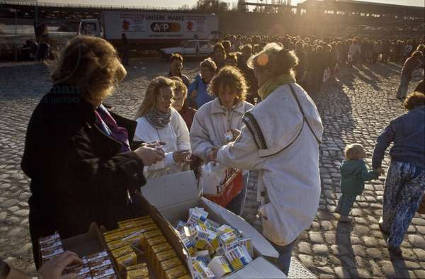 Fall of the Berlin Wall in November 1989: East Berlin residents were welcomed in Invalidenstrasse for food distribution on 9 November 1989. Berlin, Germany. Fall of the Berlin Wall, at the Invalidenstrasse border crossing people from East Berlin are being given food parcels, Berlin, Germany, Europe Photo Norbert Michalke