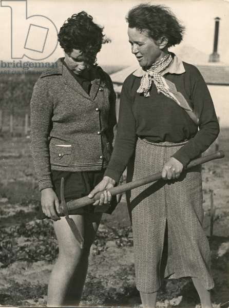 Demonstrating the use of the hoe, women's farm, c.1940 (b/w photo)