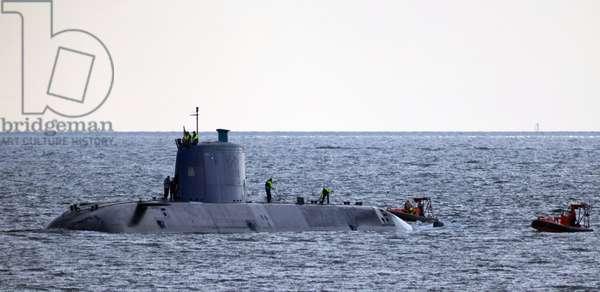 Israelisches U-Boot vor Rügen erprobt / , Das israelische U-Boot Tanin läuft unter umfangreichem Polizeischutz in den Hafen Sassnitz ein. Das grösste bislang in Deutschland gebaute U-Boot wird im Seegebiet nordöstlich der Insel Rügen erprobt. . Die 68 Meter lange und mehr als 2200 Tonnen wasserverdrängende Tanin ist das erste von drei Brennstoffzellen-U-Booten der Dolphin-II-Klasse für die israelische Marine. Gebaut werden die Boote bei HDW in Kiel. -_x000D_ _x000D_ Israeli U Boat before Complaints tested the Israeli U Boat Tanin runs under extensive Police protection in the Port Sassnitz a the largest yet in Germany built U Boat will in Sea area northeast the Island Complaints tested the 68 Metres Length and more as 2200 Tons water displacement Tanin is the First from Three Fuel cells U Boats the Dolphin II Class for the Israeli Navy built will the Boats at HDW in Leng