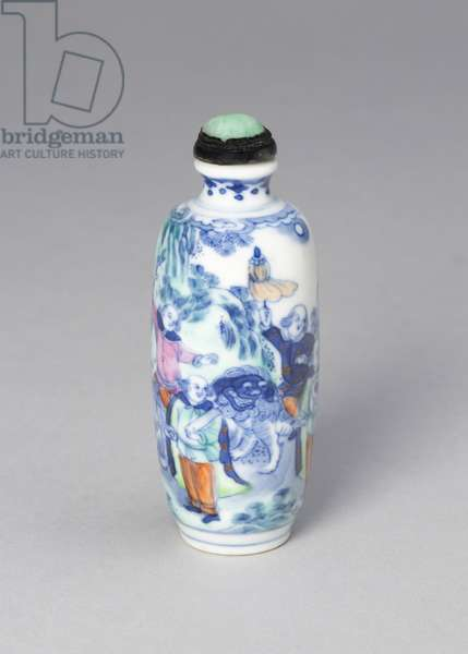 Snuff bottle with eight foreign figures bearing tribute, Qing dynasty (1644-1911), Xianfeng reign mark and period (1851-1861) (porcelain painted in underglaze cobalt blue and overglaze enamels)