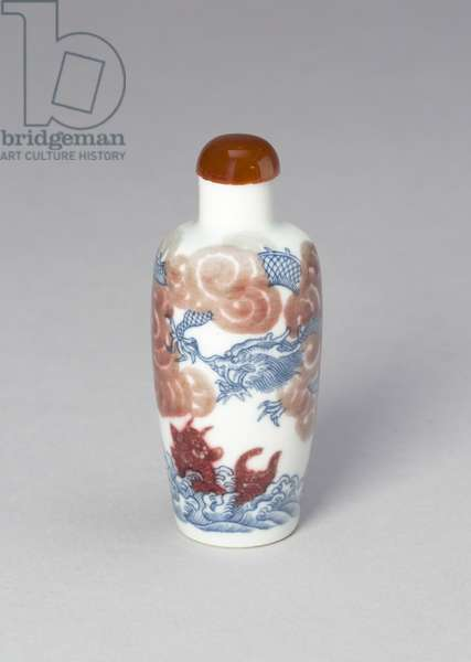 Snuff bottle with a dragon and a carp, Qing dynasty (1644-1911), 19th century (porcelain painted in underglaze cobalt blue and copper red)
