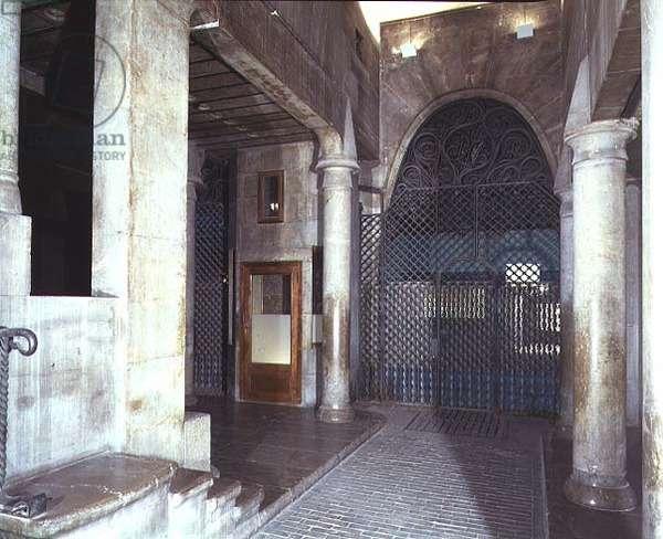 The vestibule of the palace, 1885-89 (photo)
