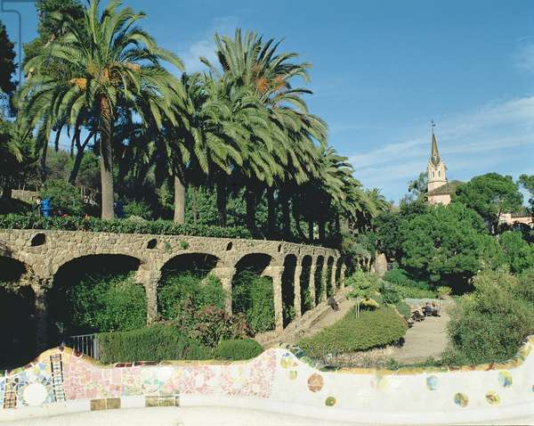 View of the park, showing a work designed by Antonio Gaudi (1852-1926), 20th Century (photo)