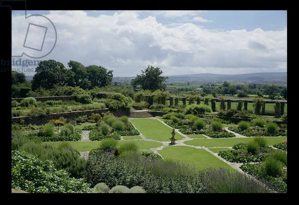 View of The Great Plat Garden from the north-west corner, designed in c.1904-10 by Sir Edwin Lutyens (1869-1944) and Miss Gertrude Jekyll (1843-1932) (photo)
