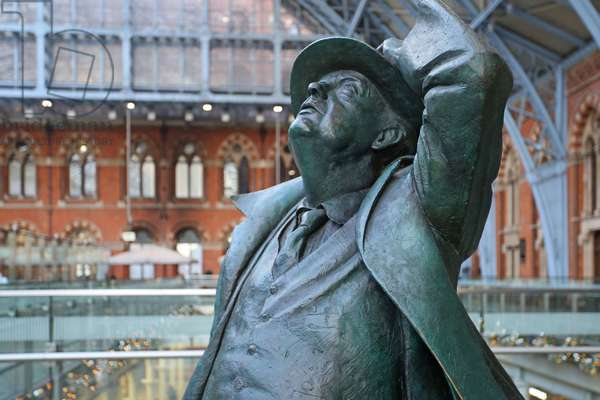 Bronze statue of Sir John Betjeman, St. Pancras Station (photo)