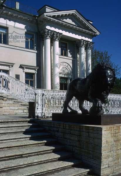 Entrance to Yelagin Palace (photo)