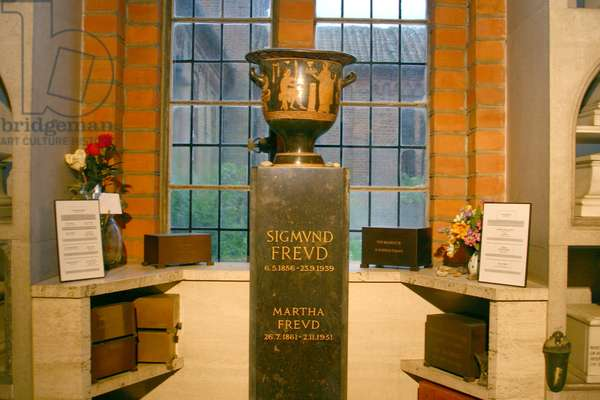 Urn containing the ashes of Sigmund (1856-1939) and Martha Freud (1861-1951) in the Columbarium (photo)