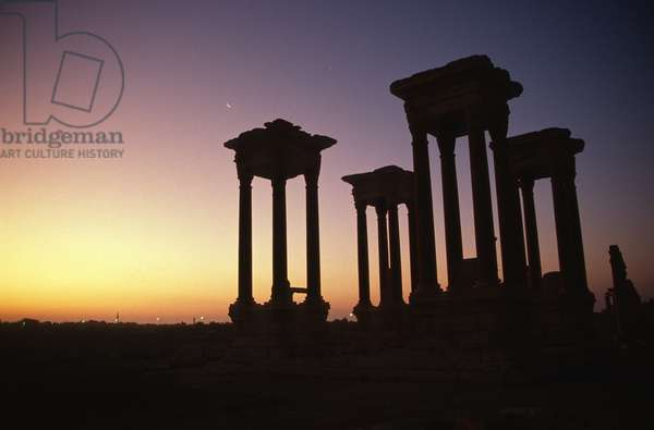 The tetrapylon on the colonnaded central street (photo)