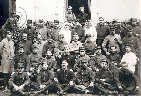 Group of soldiers with nurses, Vichy, 7th April 1914 (photo)