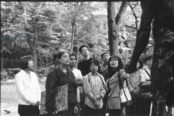 Un arrangement (Didier Blasco, 1997) Frederique Meininger (tenant un carton �� dessins au milieu des touristes) photo Jean-Claude Moireau