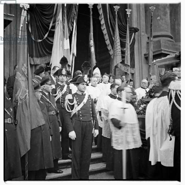 The glass casket containing the relics of Blessed Vincenzo Pallotti at Sant'Andrea della Valle, Rome, 1963 (b/w photo)