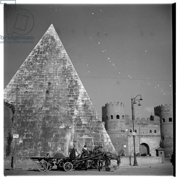 Pyramid tomb of Caius Cestius, image of the Pyramid mausoleum of Caius Cestius, Praetor and Tribune of the people, who died in 12BC, Porta San Paolo, Rome 1948