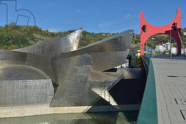 """L'Arc rouge"" 2007 (laminated aluminum and steel panels) (photo)"