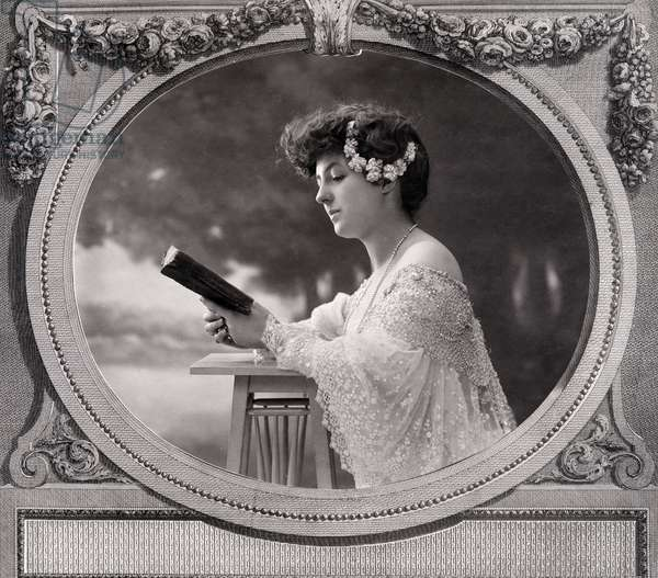 Portrait of a woman reading a book, places in a decorative lithograph by Nicolas Ponce. Photograph of the workshop of Gaspard Felix Tournachon dit Nadar (1820-1910), 1880 (photo)