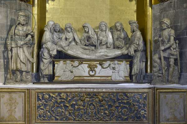 The tomb: the shroud of Christ is held by Nicomede and Joseph of Arimathia who holds the head of Jesus, behind, Saint John supports the Virgin Mary, followed by three women, the first carries the crown of crown and the last is Mary Magdalene - Sculpture (beginning 16th century) of the Chapel of Saint Sepulchre, attributed to Arnaud de Moles (1470-1520) - Cathedrale Sainte Marie d'Auch (Gers) (15th-17th century)