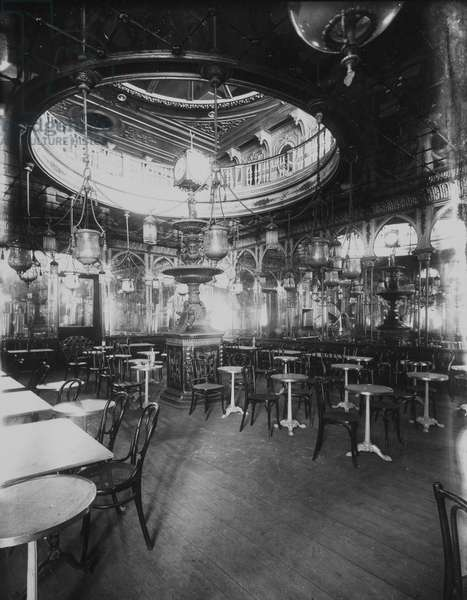 The great Turkish cafe in Marseille. Photography, 1919. Municipal Archives of Marseille