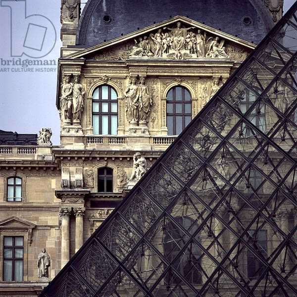 The Louvre Pyramid with the Pavillon Richelieu behind (photo) (see 136167-8)