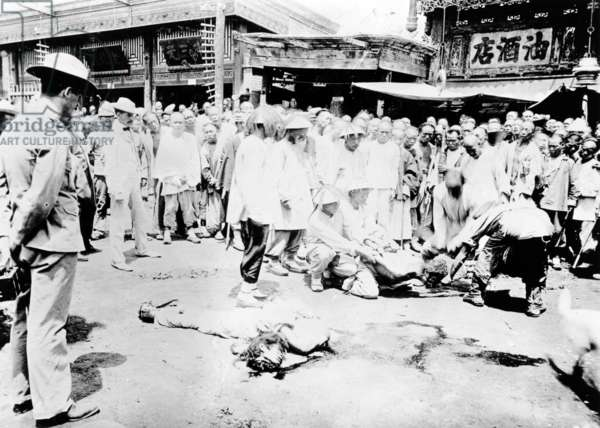 Execution in Canton, c.1905-10 (b/w photo)