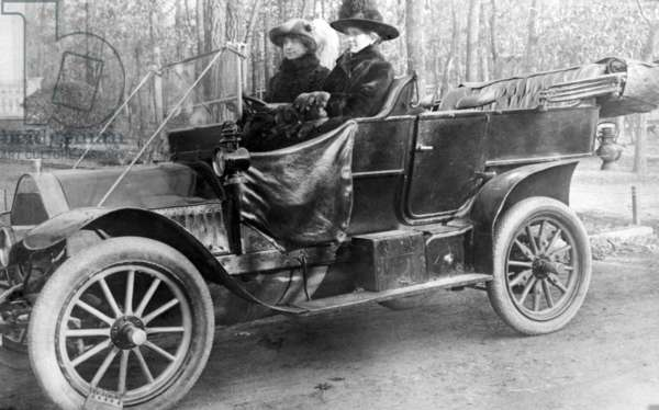 Two Women in a Motor Car, c.1910 (b/w photo)