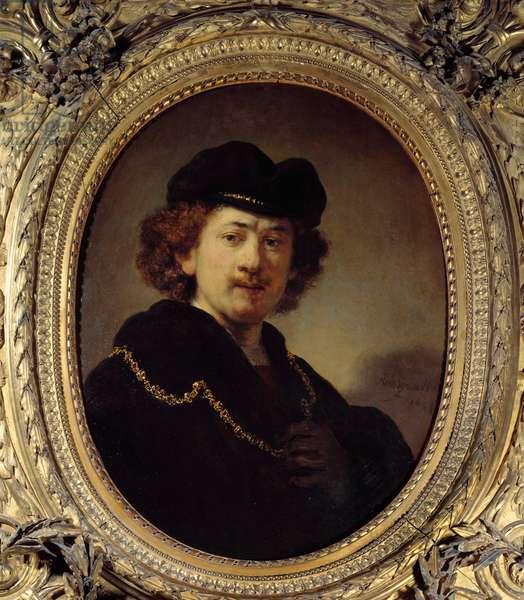 Self-portrait a la toque et a la chaine d'or Painting by Harmenszoon van Rijn dit Rembrandt (1606-1669) 1633 Sun. 0,7x0,53 m  - Self portrait wearing a toque (a hat with no brim) and a gold chain. Painting by Harmenszoon van Rijn called Rembrandt (1606-1669), 1633. 0.7 x 0.53 m. Louvre Museum, Paris