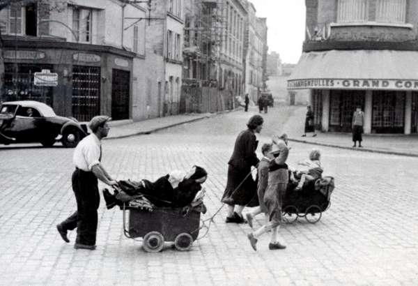 France June 1940: Exodus of the population at the Porte d'Orleans in Paris (refugees leaving Paris) - Second World War (1939-1945). France, June 1940: Porte d'Orleans in Paris: exodus of the population (refugees leave Paris)